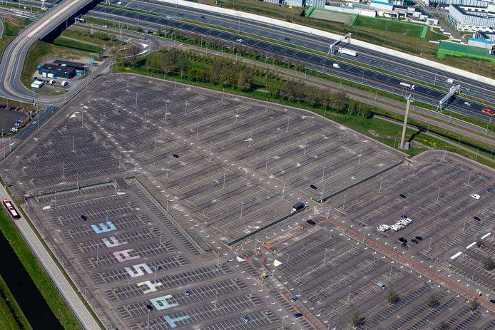 De parkeerterreinen van Schiphol zijn vrijwel verlaten. ,,Later zag ik op een foto dat er 'Stay Safe' op het asfalt is geschreven.''