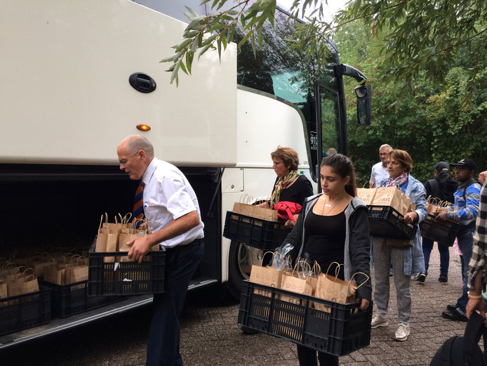 Vrijwilligers helpen mee bij de bussen in Wageningen die naar de Efteling gaan.