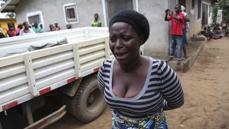 Een vrouw huilt om de dood van een geliefde. Beeld epa