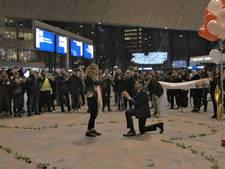 Machinist vraagt vriendin ten huwelijk op Rotterdam Centraal