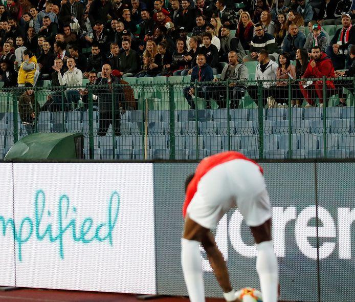 De Engelse aanvaller Marcus Rashford wordt racistisch bejegend door de fans van Bulgarije.