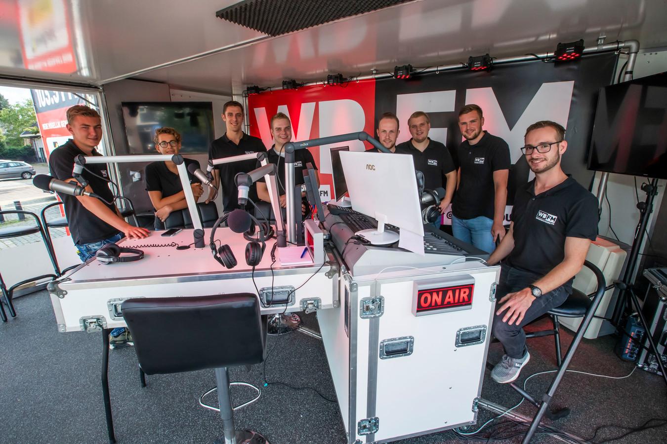 Een week lang maken deze heren van Wagenbouwers FM vanuit een glazen huis muziek voor de wagenbouwers in Heeze.