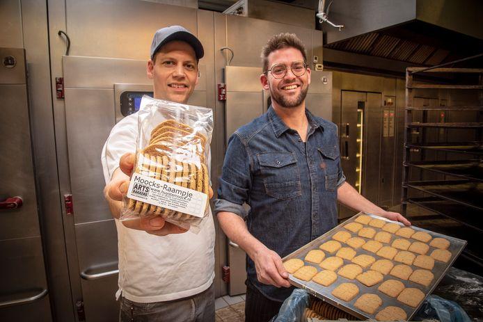 Jop toont een zak met de koekjes Moocks-Raampje, een van de regionale producten.