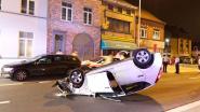 Bestuurster botst tegen geparkeerd voertuig en komt op haar dak terecht