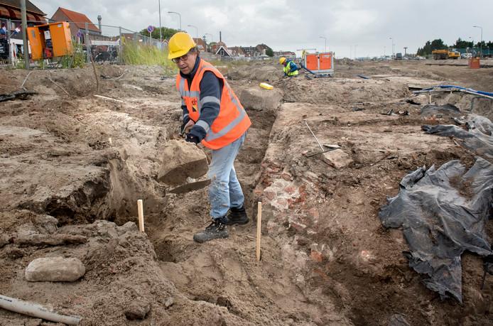 Streekarcheoloog Maarten Wispelwey mist zo'n 4,5 meter lang stuk muur van het bastion dat zou moeten worden gerestaureerd.