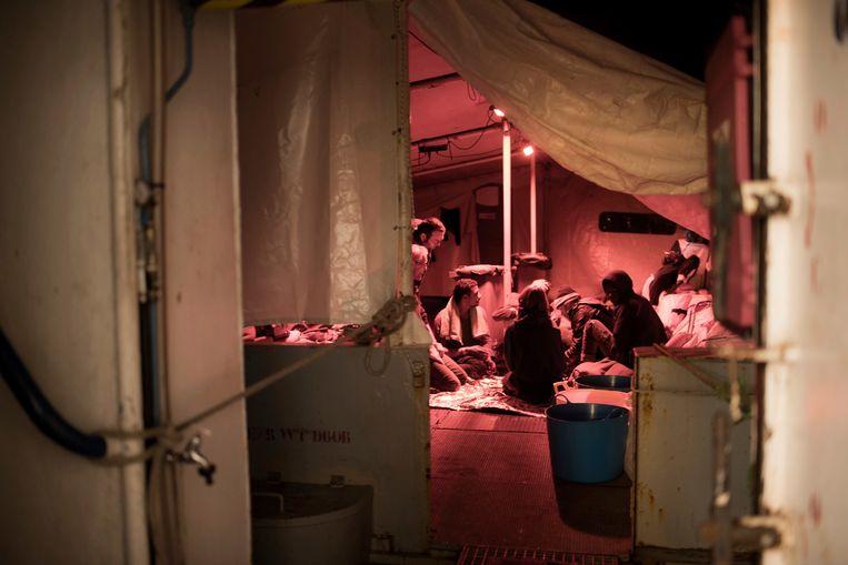 Het schip heeft 32 op zee geredde migranten aan boord.