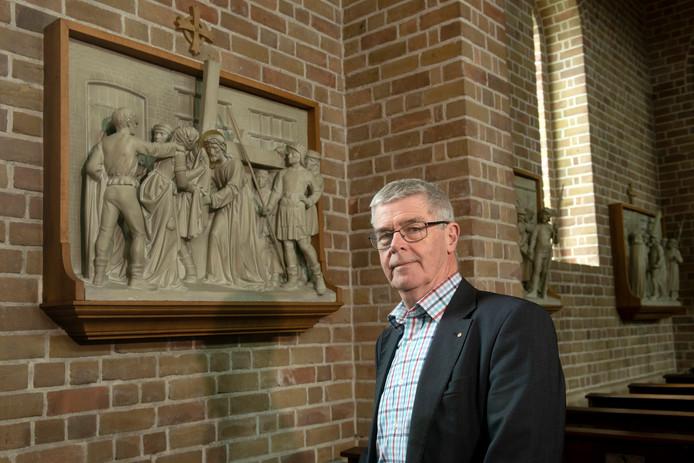 Herman Schimmel bij een kruiswegstatie in de kerk in Elst.