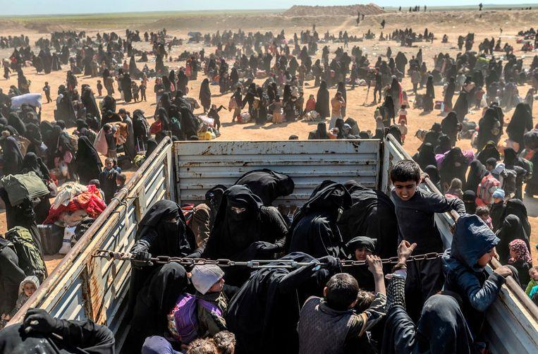 Geëvacueerde vrouwen en kinderen arriveren in Koerdisch gebied in Syrië na vertrek uit een IS-bolwerk, maart 2019. Beeld AFP