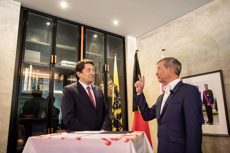Johan Sauwens legt de eed af bij gouverneur Herman Reynders.