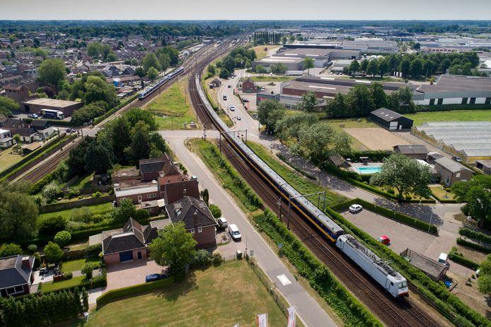 De spoorwegovergang bij de wijk Kalksheuvel en industrieterrein Ladonk: al járen onderwerp van het verkeersdebat.