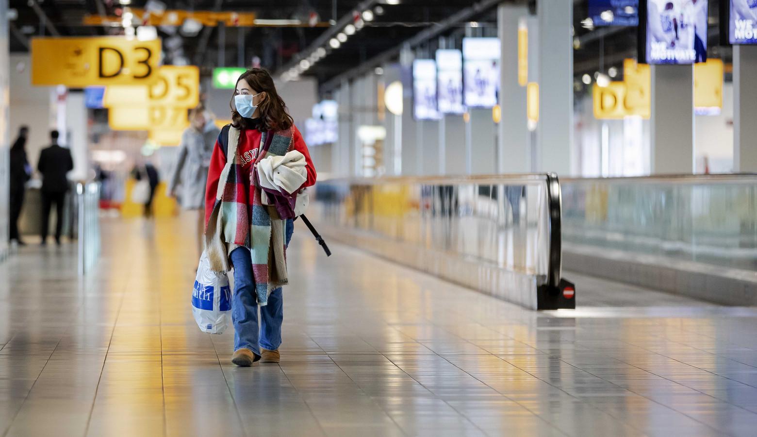 Een eenzame passagier in de vertrekhal van Schiphol gedurende de eerste maanden van de coronacrisis. Vooral bedrijven in de luchtvaart, reisbemiddeling en reisorganisatie hadden de eerste zes maanden van dit jaar te lijden onder het vrijwel stilgevallen toerisme.