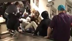 VIDEO. Rolstrap slaat op hol in metro Rome: tiental Russische voetbalfans gewond