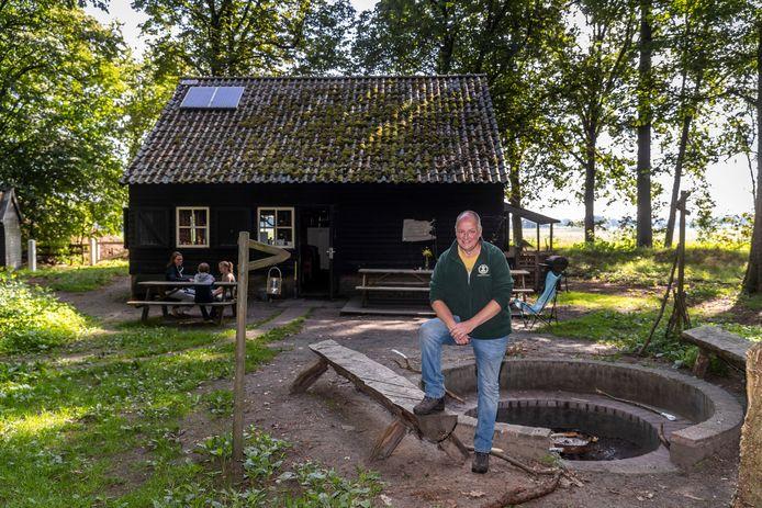 Rob Raijmakers, beheerder van landgoed Ten Vorsel, bij boshut de Zwarte Schuur.