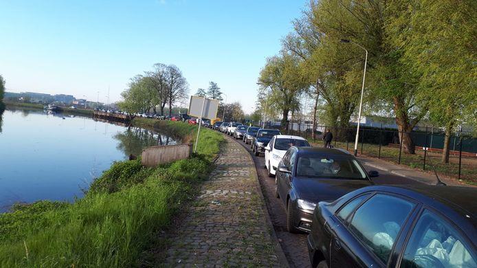 Sinds de coronacrisis is het regelmatig aanschuiven in de rij voor het milieustation aan het Spinveld.