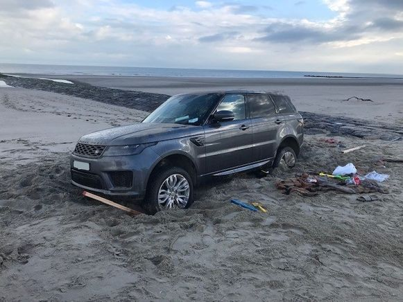 De Land Rover Range Sport reed zich compleet vast in het zand.