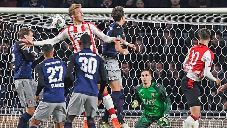 Temidden van een luwen Twente-spelers kopt Luuk de Jong met zijn achterhoofd de 3-2 binnen. Beeld Guus Dubbelman / de Volkskrant