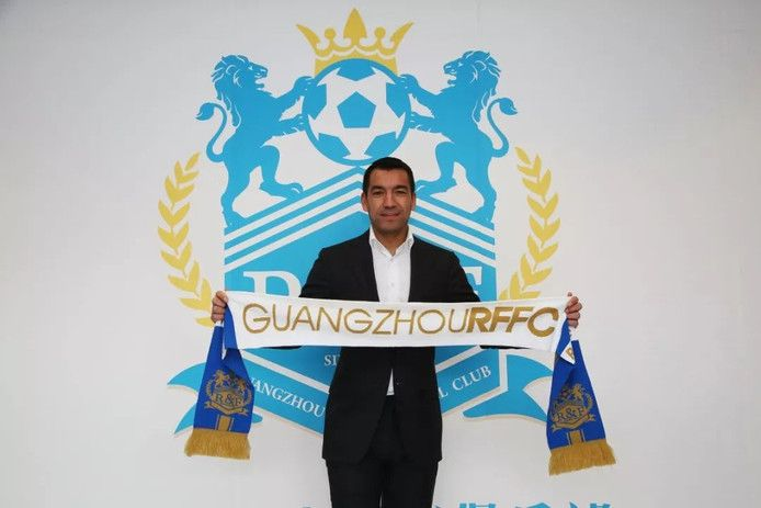 Giovanni van Bronckhorst is dit seizoen trainer van het Chinese Guangzhou RFFC.