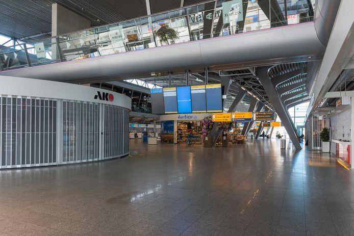 De lege vertrekhal van het Eindhovense vliegveld op het hoogtepunt van de coronacrisis.