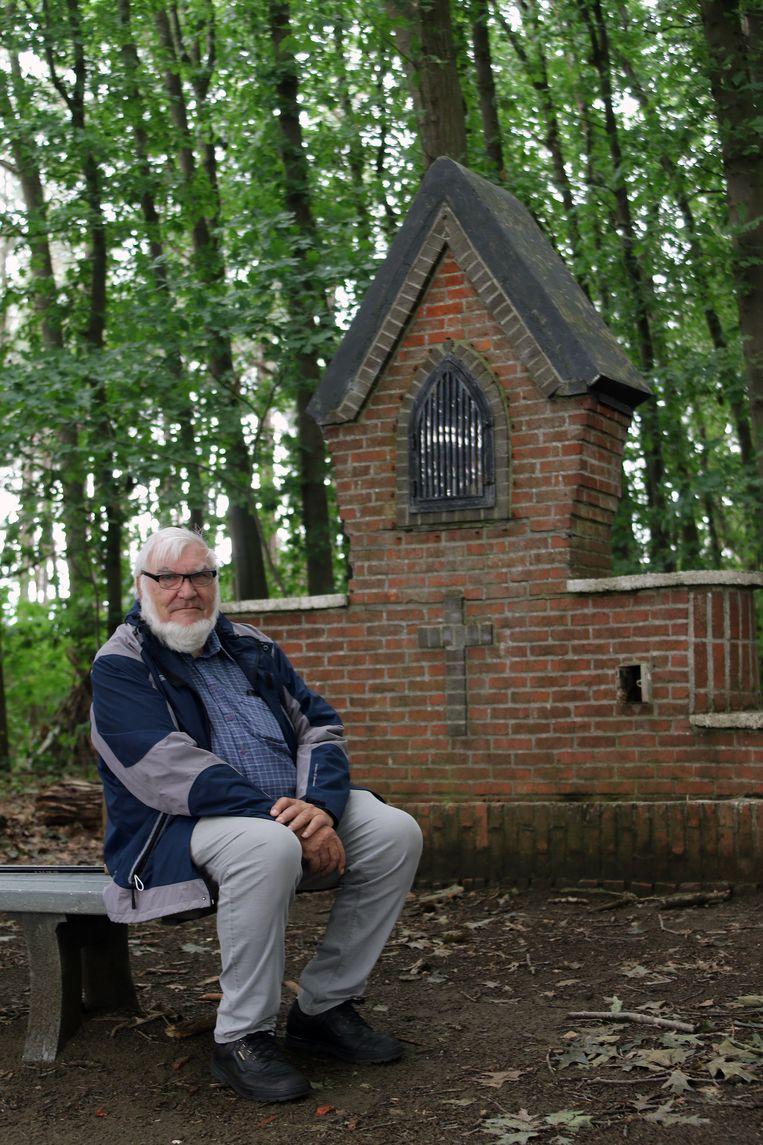 Ludo Helsen aan het kapelletje in het Wijngaardbos, op de plek waar het Mariabeeld gevonden werd.