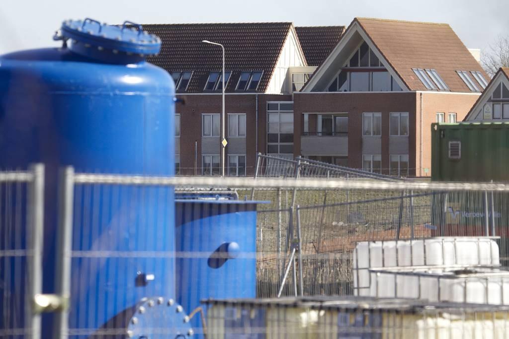 De installaties op het Olasfaterrein die stoom in de grond stuwen, zijn te herkennen aan de blauwe tanks en containers. Deze kenmerkende objecten moeten uiterlijk 31 december weg zijn.