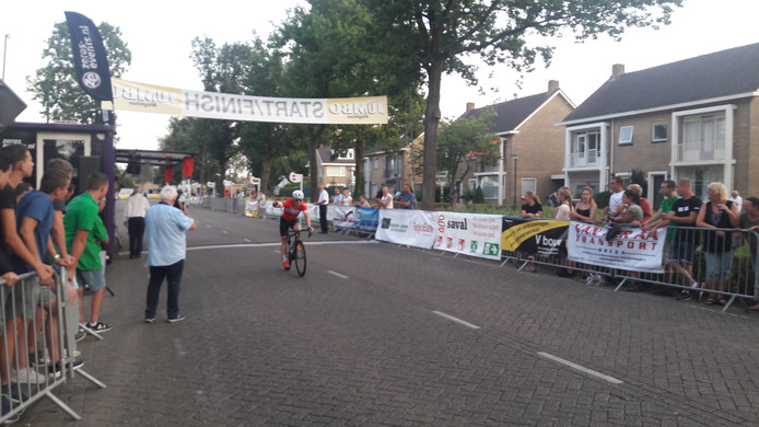 Hans Dekkers komt als eerste over de finish.