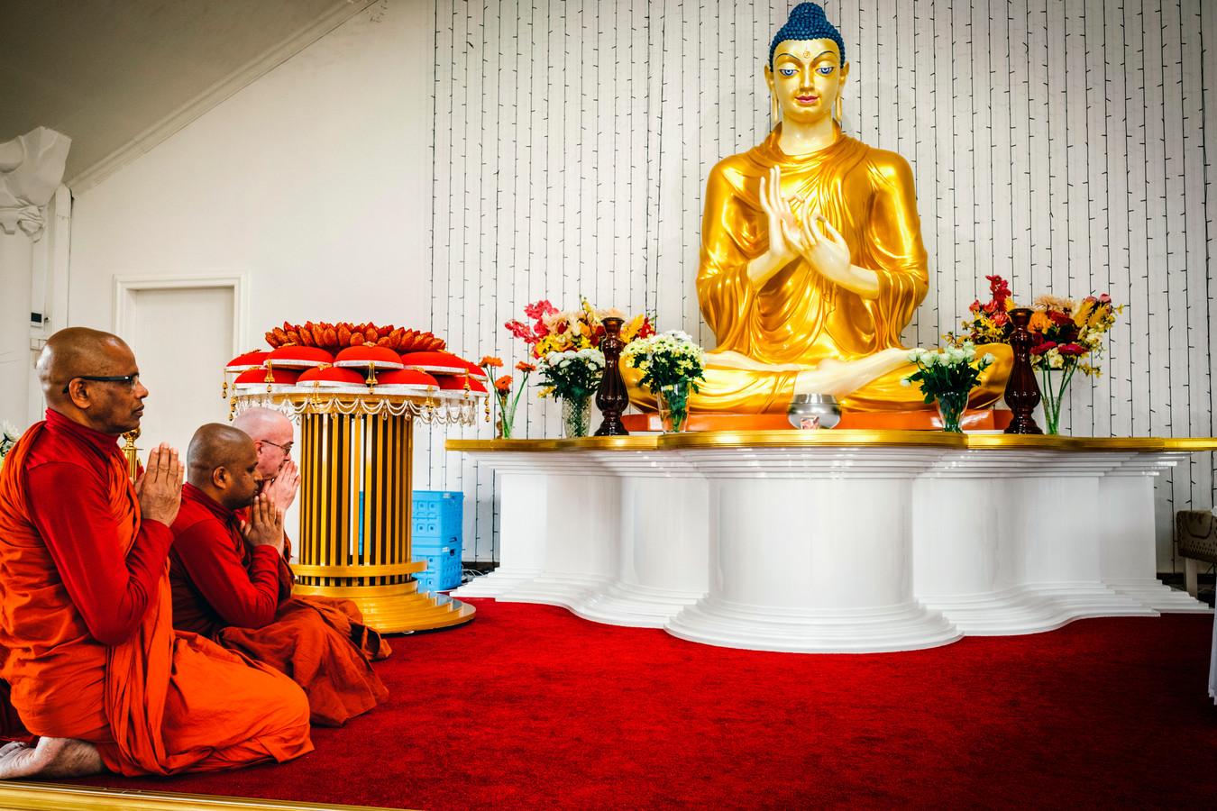 De drie monikken van het Boeddhistisch klooster Mahamevnawa in Nederhorst ten Berg.