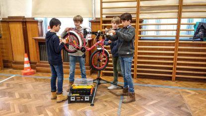 DvM-leerlingen leren zelf aan fiets sleutelen