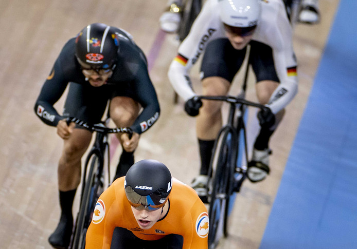 Harrie Lavreysen in actie tijdens keirin op de tweede dag van de wereldkampioenschappen.