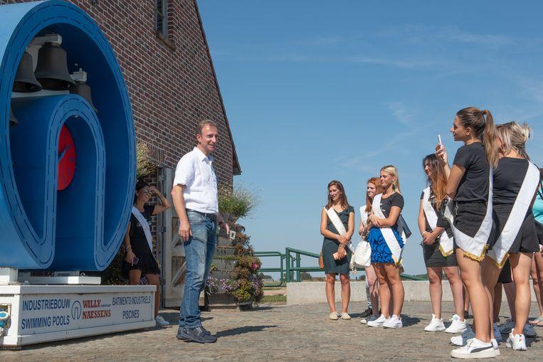 Frederic De Vos met missen bij de beiaard, waarmee Willy Naessens jarige klanten wel eens te grazen neemt.