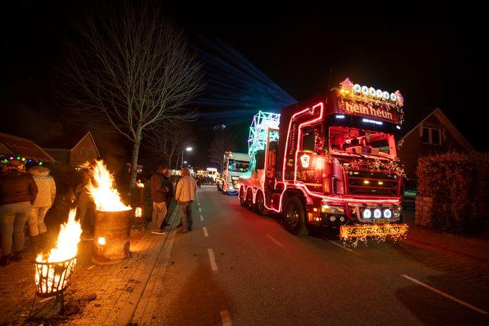 De verlichte truckrit in Twenterand is jaarlijks een publiekstrekker.