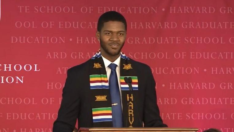 Donovan Livingston tijdens zijn afstudeerspeech aan Harvard University.