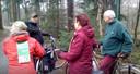 Jean Coumans, achteraan, fietst met volgelingen door politiek Oisterwijk. Rechts Jos 'Groeten Uit Oisterwijk' Creusen.