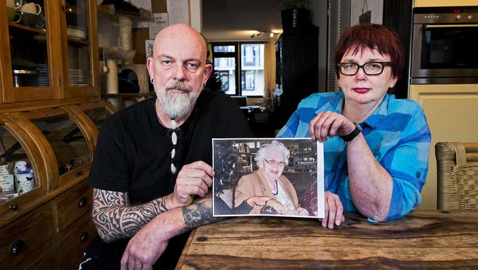 Ron en Monique Bouwman met foto van hun moeder, die vrijdag overleed.