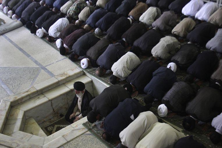 Irans hoogste leider, ayatollah Ali Khamenei, gaat voor in gebed op de campus van de Universiteit van Teheran. Beeld ap