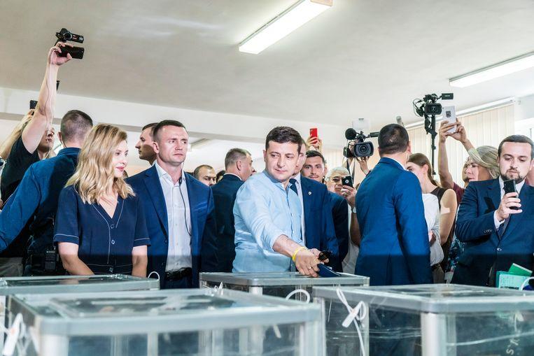 De Oekraïense president Volodymir Zelenski brengt zijn stem uit tijdens de parlementsverkiezingen die zijn partij met overmacht heeft gewonnen.  Beeld Getty Images