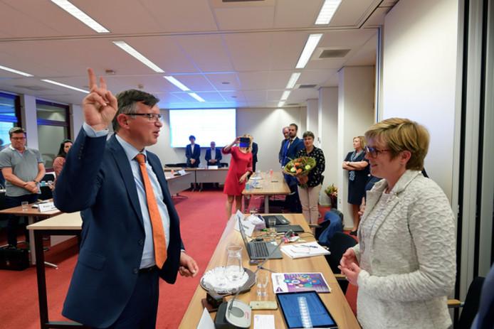 De installatie, maandagavond, van Ger de Weert. Hij volgt wethouder Jan Paantjens op, die de afgelopen acht maanden Jan van Hal verving. Van Hal had zo graag terug willen keren, maar zijn gezondheid laat dat niet toe.
