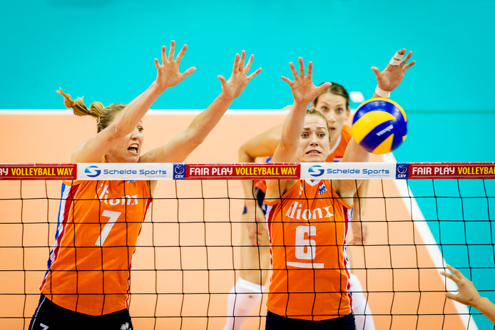 De Nederlands volleybaldames in actie.