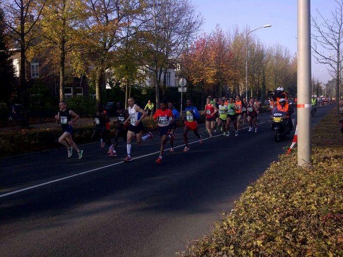 De Toppers van de Zevenheuvelenloop op ongeveer 1 kilometer na de start, op de Groesbeekseweg. Foto: Sophia Franssen