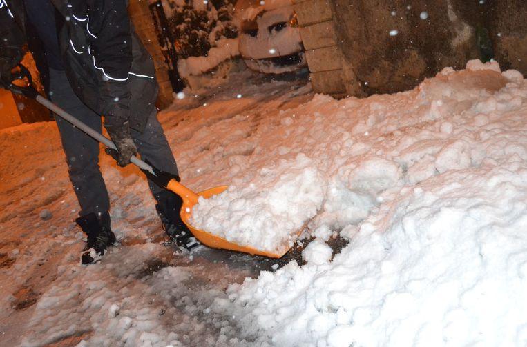 Nu al bakken sneeuw in Frankrijk: een bewoner van Saint-Jean Bonnefonds, nabij Saint-Étienne moet scheppen.