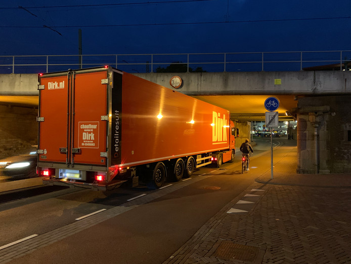 De klemgereden vrachtwagen in Deventer.