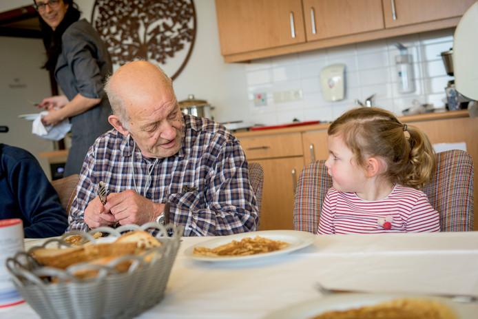Kinderdagverblijf Pompidom viert Nationale Pannenkoekendag samen met ouderen in het ZGT in Almelo