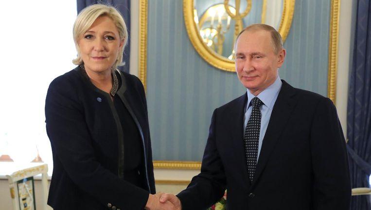 De Russische president Vladimir Poetin heeft vrijdag enkele weken voor de presidentsverkiezingen in Frankrijk onverwachts de rechtse kandidaat Marine Le Pen ontvangen. Beeld reuters
