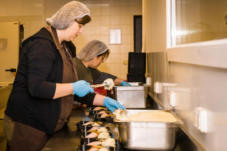 In het gloednieuwe Balenmagazijn werden kerstmaaltijden bereid door vzw Atelier en Kras.