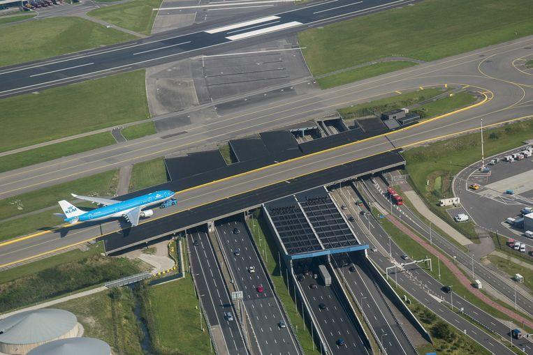 Een KLM-vliegtuig rijdt over de Schiphol Tunnel met de snelweg A4, richting luchthaven Schiphol. Bij KLM wordt zorgelijk gekeken naar de stakingsacties bij Air France. Beeld ANP
