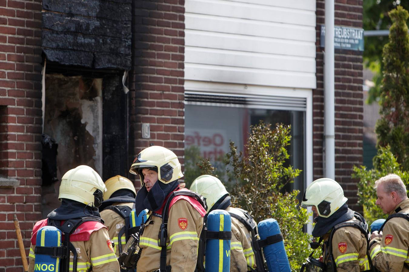 De brandweer had het vuur in een woning aan de Professor Treubstraat in Zutphen snel geblust, maar het huis is voorlopig onbewoonbaar verklaard.