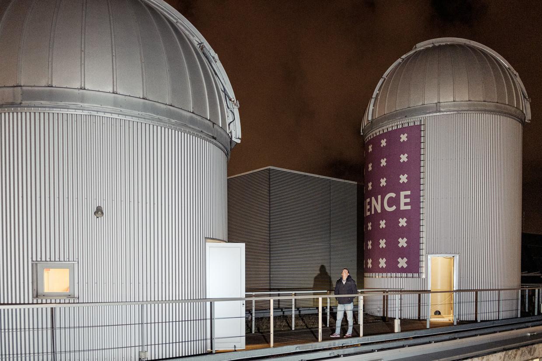 De koepels van het Anton Pannekoek Instituut op het Science Park blijven deze avond dicht, te veel wolken.