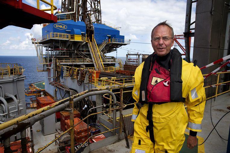 Minister Henk Kamp brengt een bezoek aan een boorplatform. Beeld anp