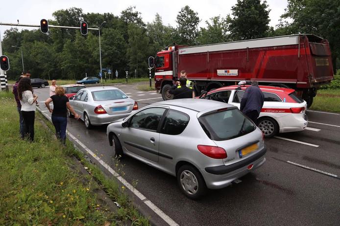 Vier auto's botsten bij de kruising op elkaar.