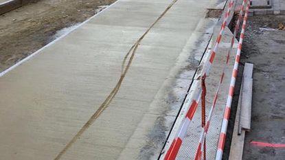 """Fietser rijdt door nat beton """"Dit is moedwillig schade aanbrengen"""""""