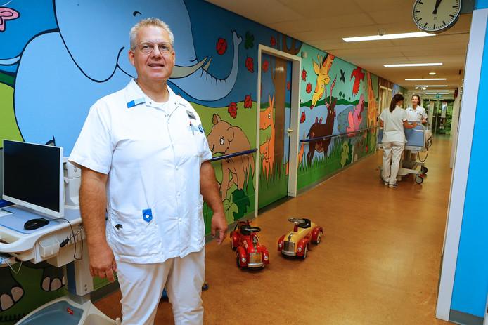 Verpleegkundige Theo Dijkhof op de Kinderafdeling in het Beatrixziekenhuis. Een rondje langs alle dieren op de muren is een mooie afleiding voor de jonge patiënten.